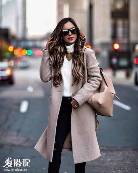 白色高领毛衣+对比色大衣