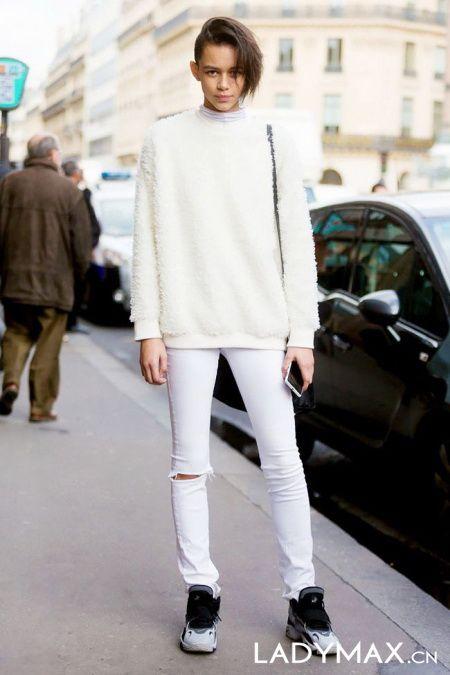街拍白色魅力 白色牛仔裤显出挑身材
